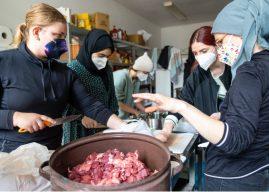 Teplo voňavej polievky – ramadánske varenie pre ľudí bez domova