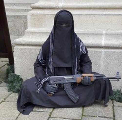 Figurína muslimsky so samopalom je hlúpi žart, na ktorý môžu doplatiť tí najzraniteľnejší