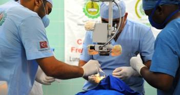 Turecký chirurg zdarma operoval srdce 300 syrským pacientům