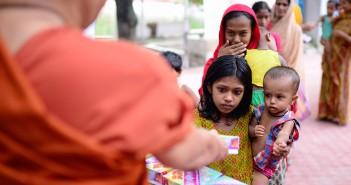 V Bangladéši budhisté nabízejí muslimům jídlo na přerušení půstu. V sousední Barmě je vyvražďují