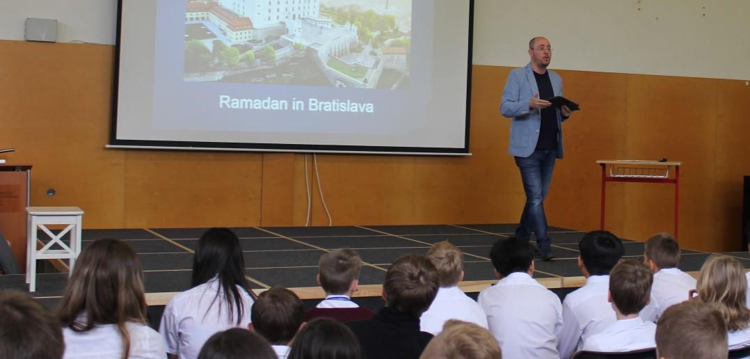 Predseda Islamskej nadácie prednášal o ramadáne na Britskej medzinárodnej škole v Bratislave
