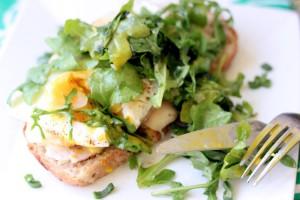 Vaječno-avokádový sendvič srukolou